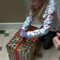 ナタリーが箱を開ける