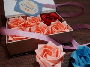 ブックボックスにバラの折り紙を入れた状態です