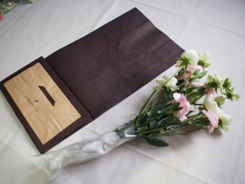 切り花の長さは紙袋に合わせます