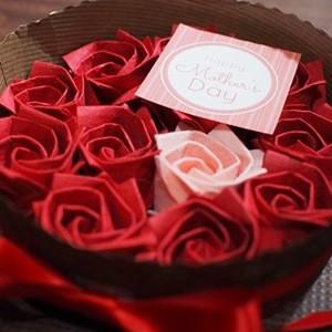 ケーキの方を使ったバラのプレゼントボックス