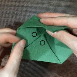 三角に折った部分を引き出します